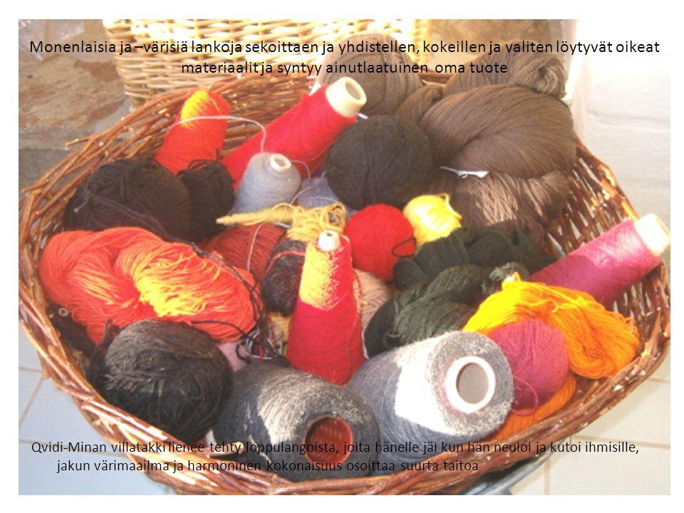 Monenlaisia ja –värisiä lankoja sekoittaen ja yhdistellen, kokeillen ja valiten löytyvät oikeat materiaalit ja syntyy ainutlaatuinen oma tuote
