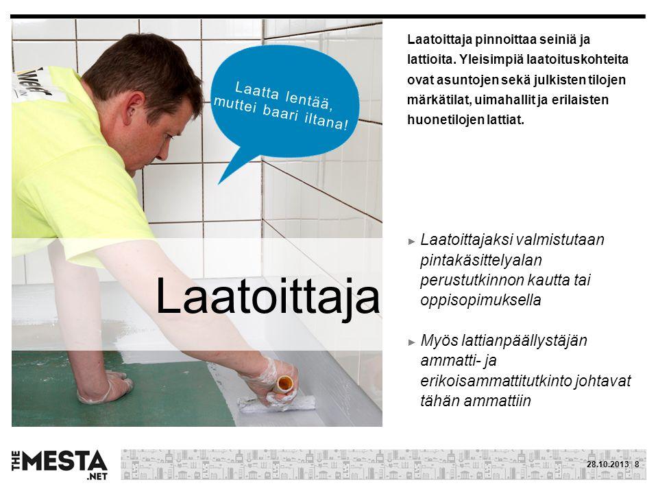 Laatoittaja pinnoittaa seiniä ja lattioita