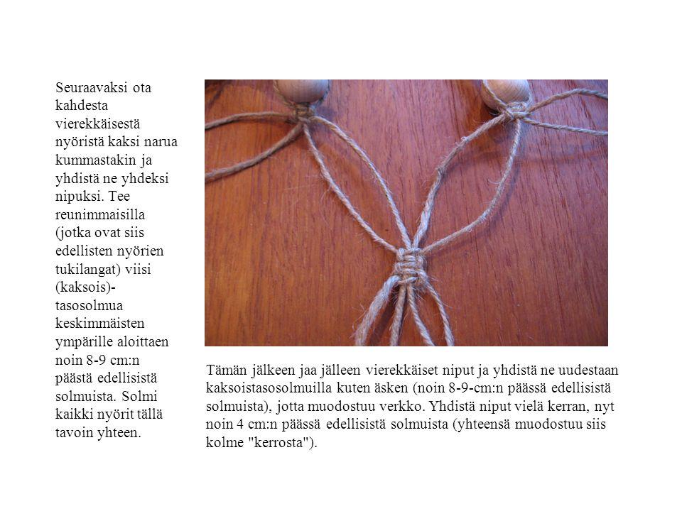 Seuraavaksi ota kahdesta vierekkäisestä nyöristä kaksi narua kummastakin ja yhdistä ne yhdeksi nipuksi. Tee reunimmaisilla (jotka ovat siis edellisten nyörien tukilangat) viisi (kaksois)-tasosolmua keskimmäisten ympärille aloittaen noin 8-9 cm:n päästä edellisistä solmuista. Solmi kaikki nyörit tällä tavoin yhteen.