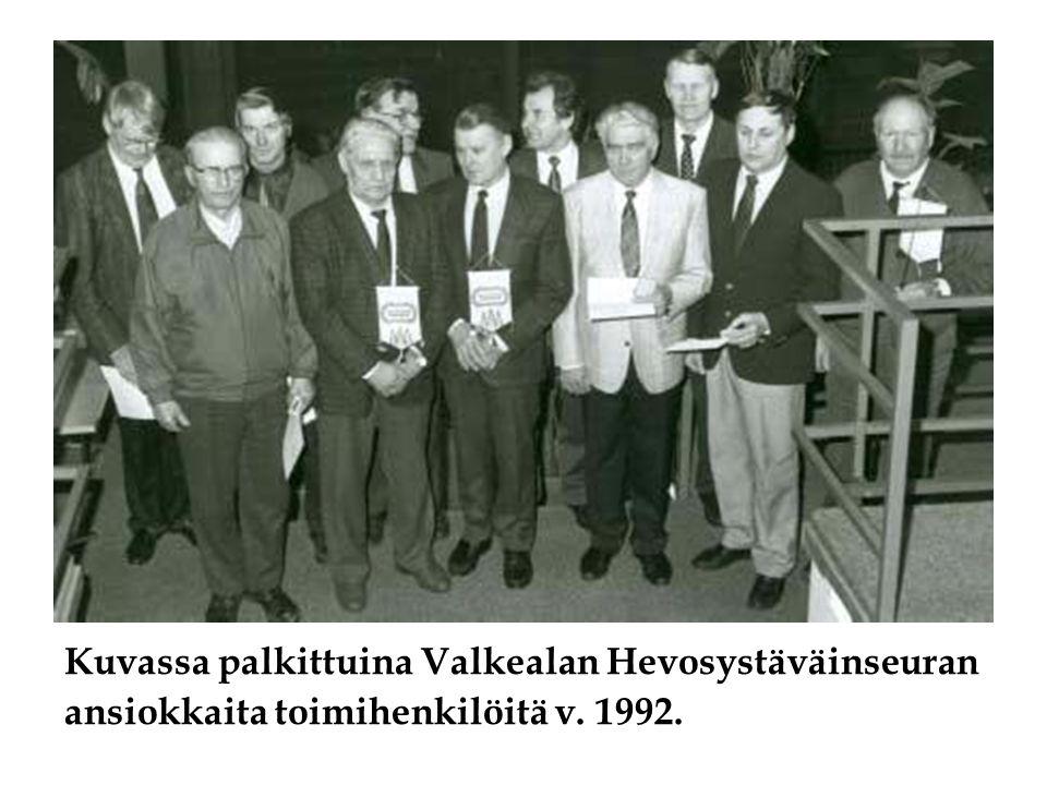 Kuvassa palkittuina Valkealan Hevosystäväinseuran ansiokkaita toimihenkilöitä v. 1992.