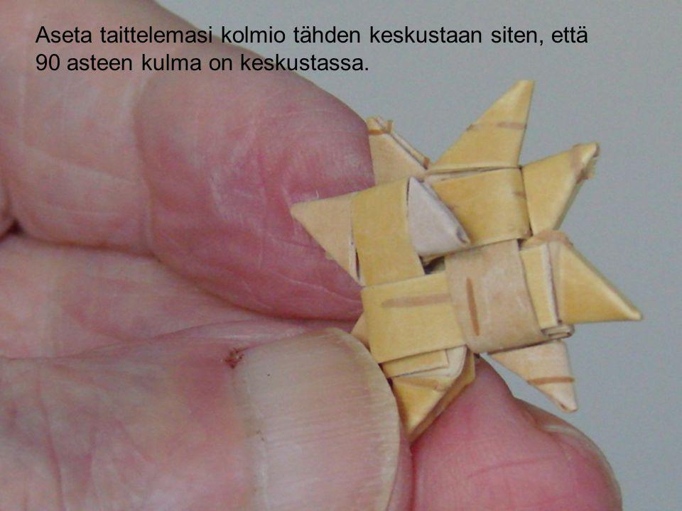 Aseta taittelemasi kolmio tähden keskustaan siten, että
