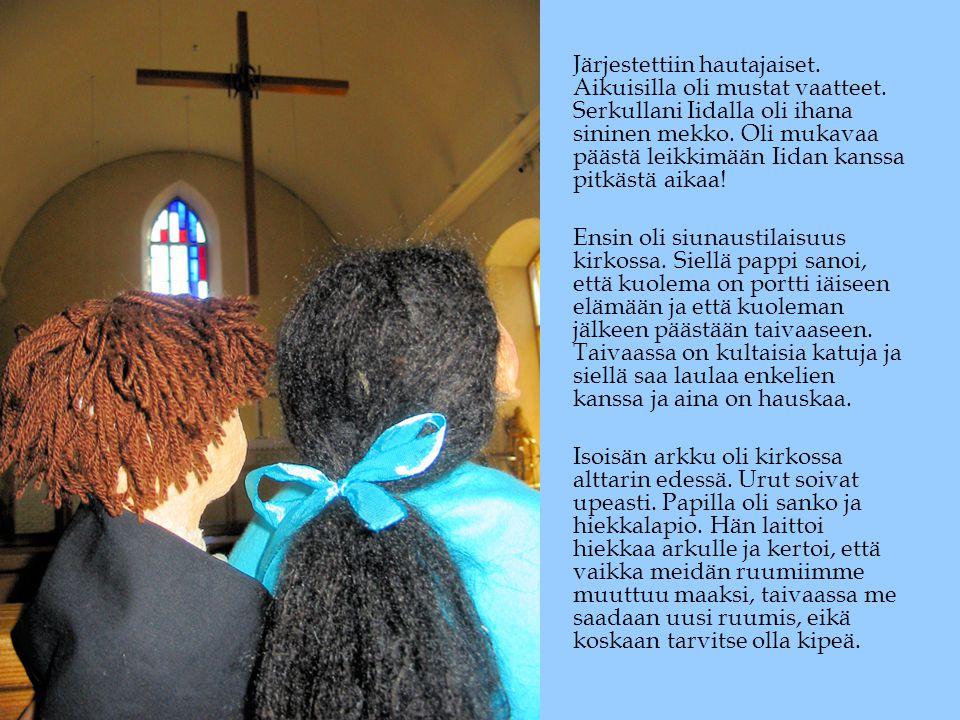 Järjestettiin hautajaiset. Aikuisilla oli mustat vaatteet