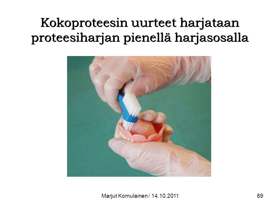 Kokoproteesin uurteet harjataan proteesiharjan pienellä harjasosalla