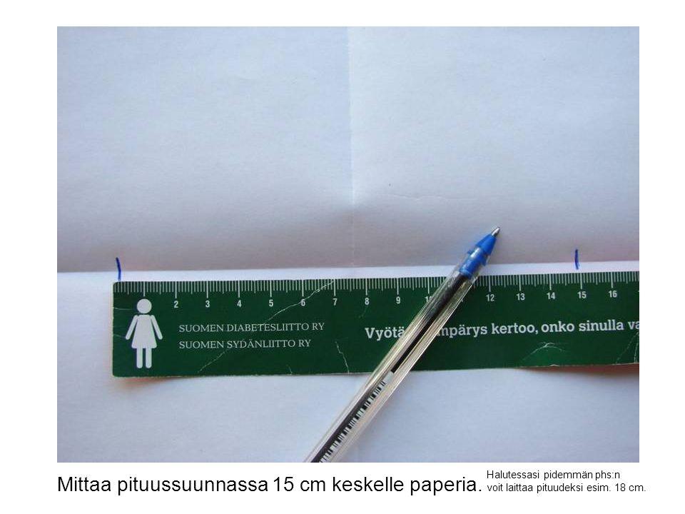 Mittaa pituussuunnassa 15 cm keskelle paperia.