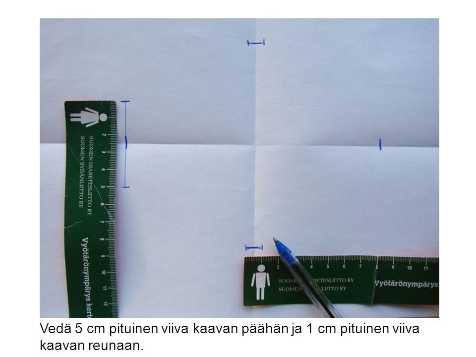 Vedä 5 cm pituinen viiva kaavan päähän ja 1 cm pituinen viiva