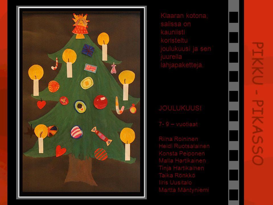 Klaaran kotona, salissa on kauniisti koristeltu joulukuusi ja sen juurella lahjapaketteja.
