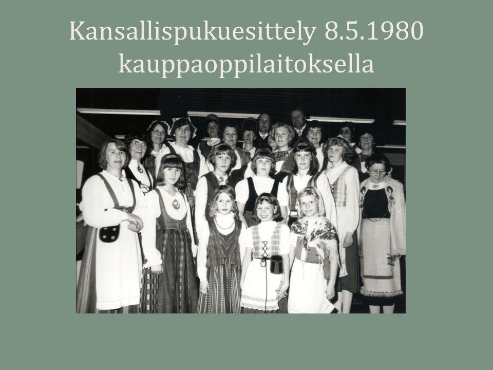 Kansallispukuesittely 8.5.1980 kauppaoppilaitoksella