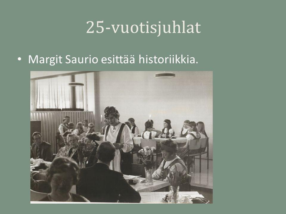 25-vuotisjuhlat Margit Saurio esittää historiikkia.