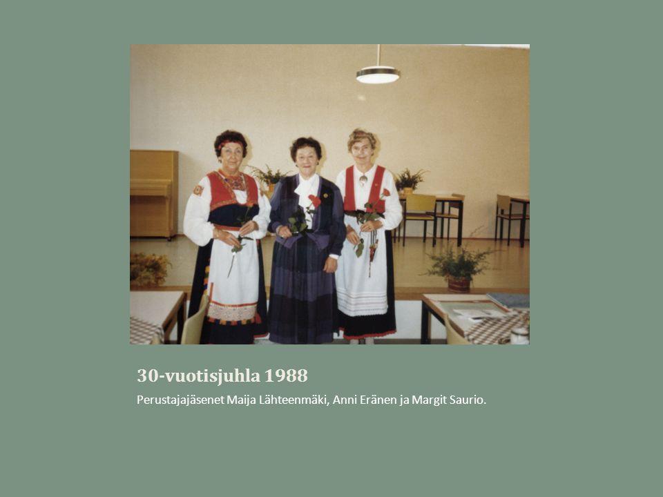 30-vuotisjuhla 1988 Perustajajäsenet Maija Lähteenmäki, Anni Eränen ja Margit Saurio.