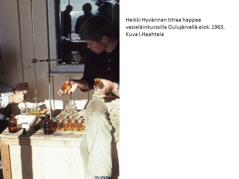 Heikki Hyvärinen titraa happea vesieläinkurssilla Oulujärvellä elok