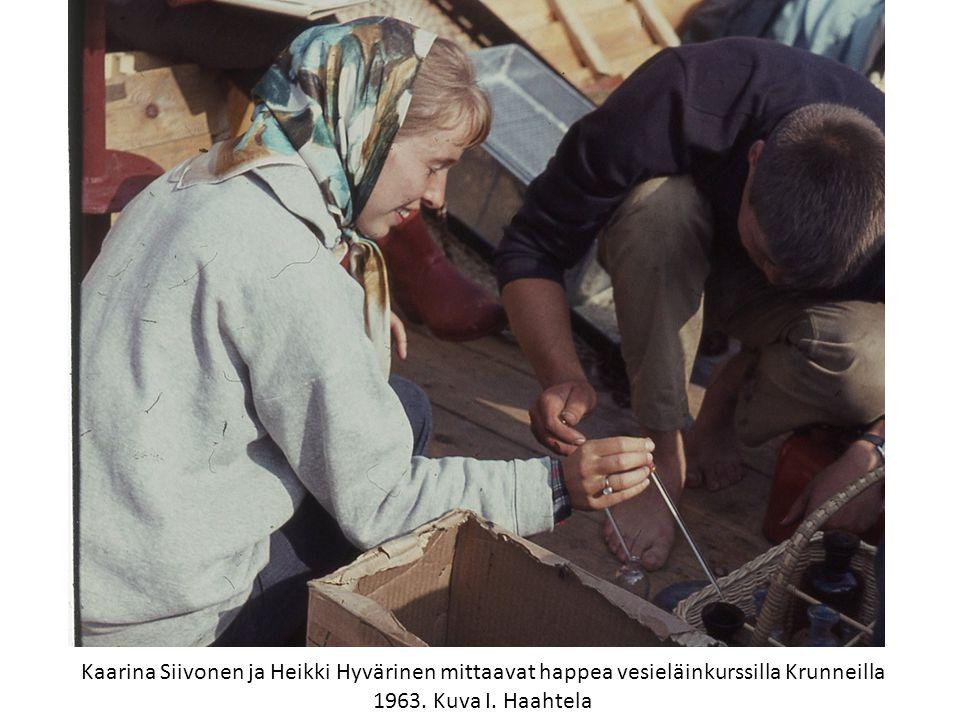 Kaarina Siivonen ja Heikki Hyvärinen mittaavat happea vesieläinkurssilla Krunneilla 1963.