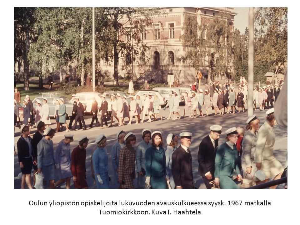 Oulun yliopiston opiskelijoita lukuvuoden avauskulkueessa syysk