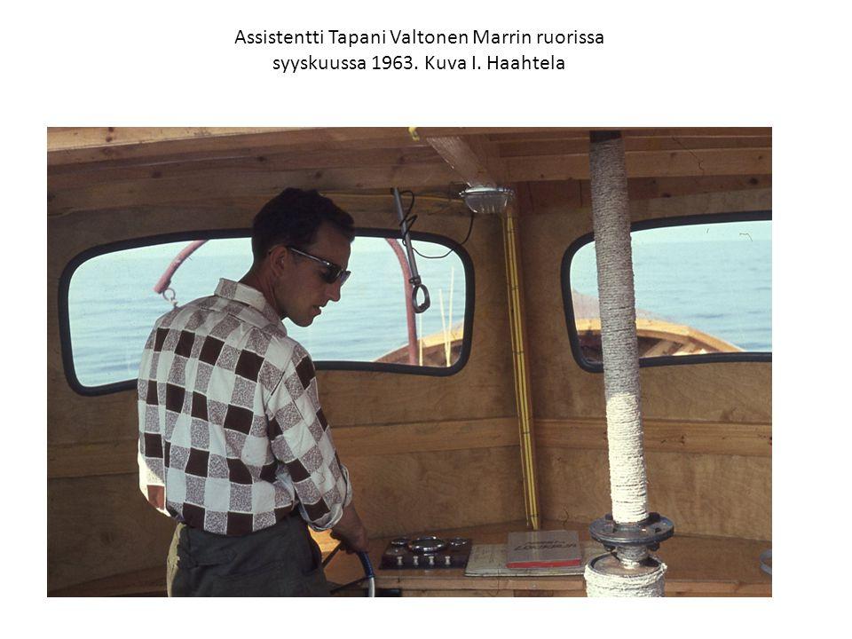 Assistentti Tapani Valtonen Marrin ruorissa syyskuussa 1963. Kuva I