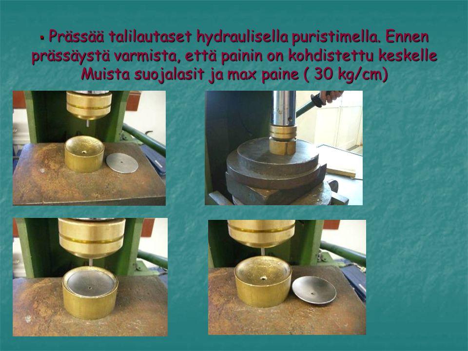 Prässää talilautaset hydraulisella puristimella