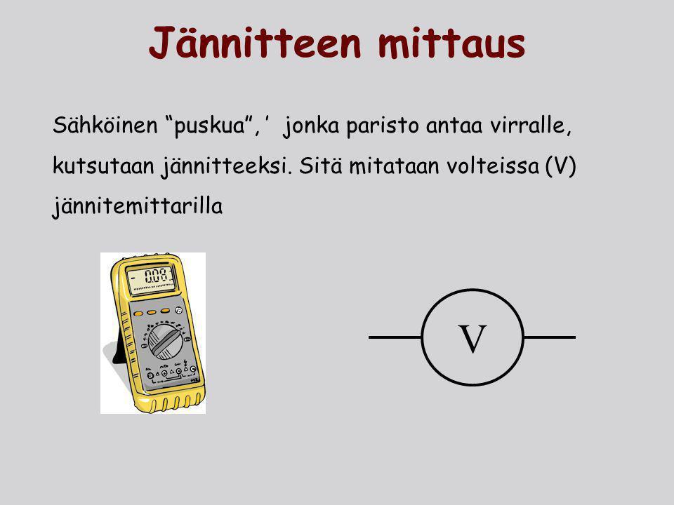 Jännitteen mittaus Sähköinen puskua , ' jonka paristo antaa virralle, kutsutaan jännitteeksi. Sitä mitataan volteissa (V) jännitemittarilla.