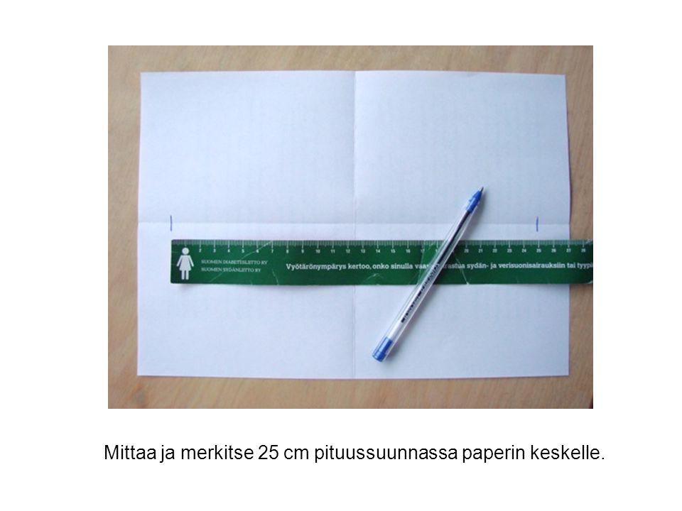 Mittaa ja merkitse 25 cm pituussuunnassa paperin keskelle.