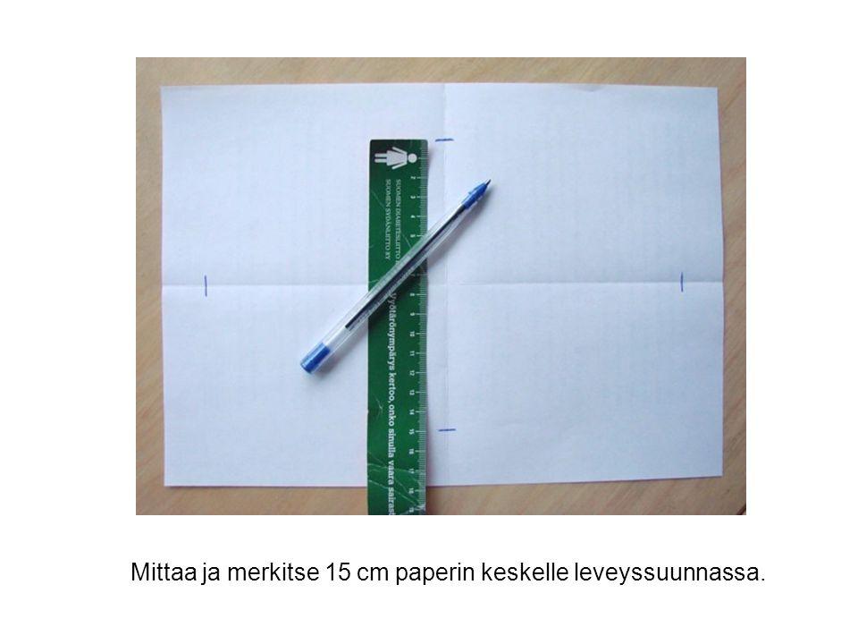 Mittaa ja merkitse 15 cm paperin keskelle leveyssuunnassa.