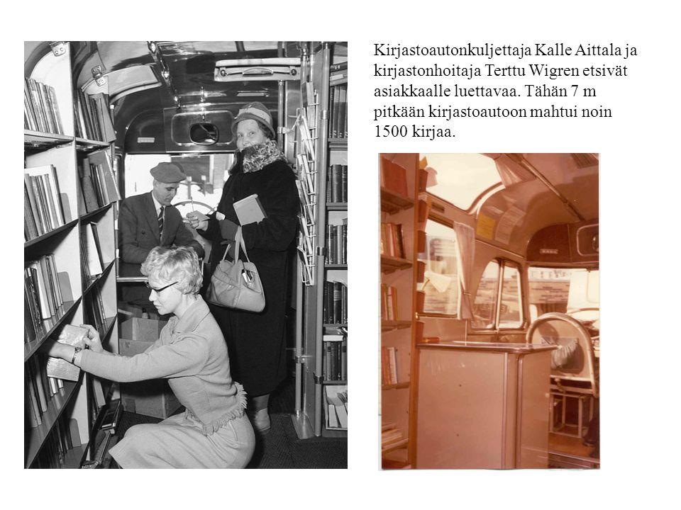 Kirjastoautonkuljettaja Kalle Aittala ja kirjastonhoitaja Terttu Wigren etsivät asiakkaalle luettavaa.