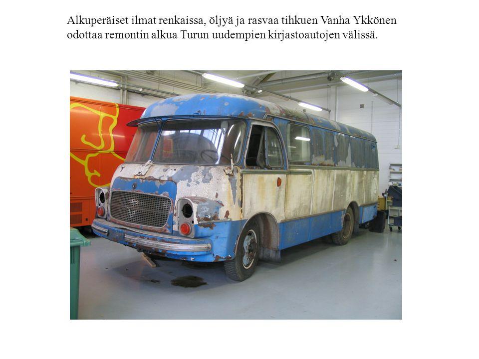 Alkuperäiset ilmat renkaissa, öljyä ja rasvaa tihkuen Vanha Ykkönen odottaa remontin alkua Turun uudempien kirjastoautojen välissä.