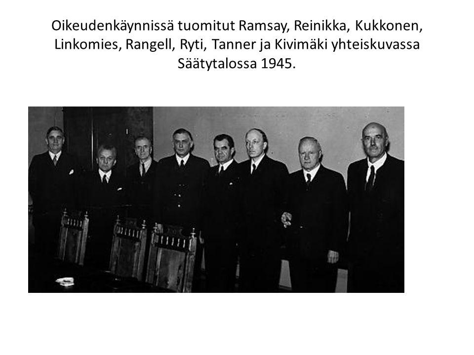 Oikeudenkäynnissä tuomitut Ramsay, Reinikka, Kukkonen, Linkomies, Rangell, Ryti, Tanner ja Kivimäki yhteiskuvassa Säätytalossa 1945.
