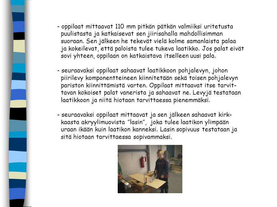 - oppilaat mittaavat 110 mm pitkän pätkän valmiiksi uritetusta puulistasta ja katkaisevat sen jiirisahalla mahdollisimman suoraan.